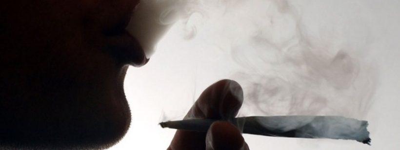 Un adolescent fumeur de cannabis