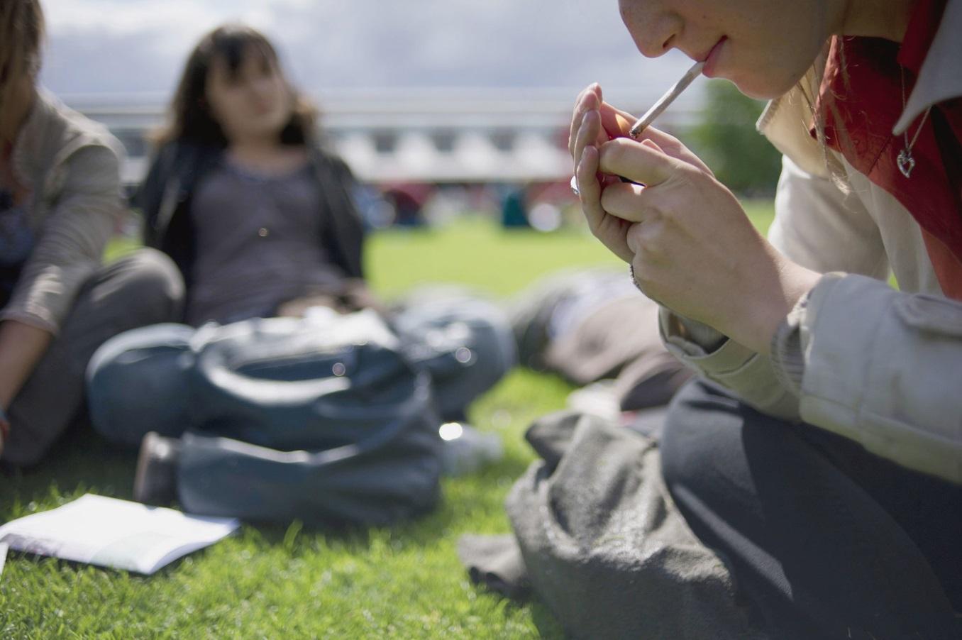 Jeunes qui fument du cannabis