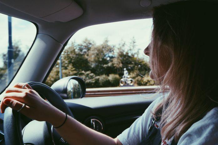 Femme qui conduit